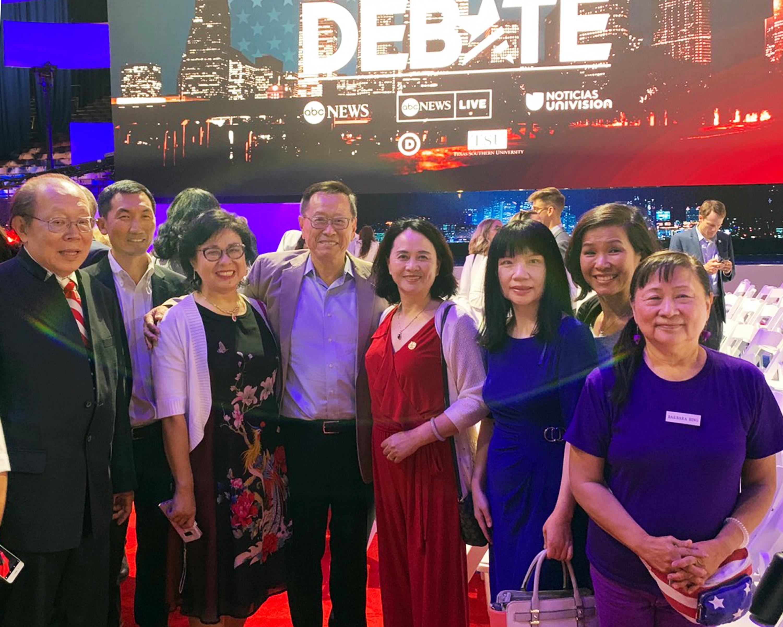 「德州楊幫」發起人羅玲(右四)在辯論會現場與楊安澤的支持者們合影。(羅玲提供)