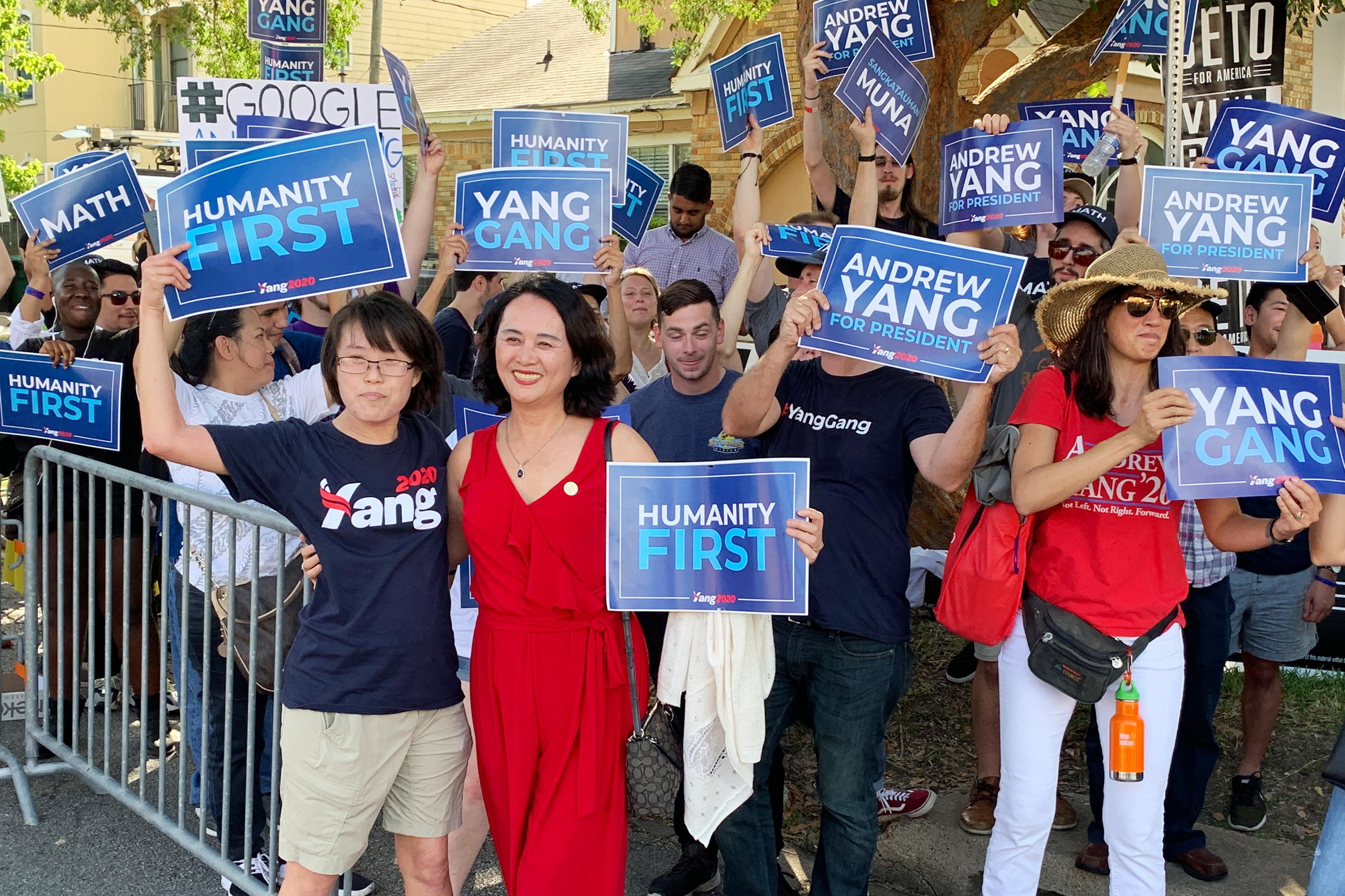 在民主黨參選總統辯論會現場的「德州楊幫」粉絲支持者們。(羅玲提供)