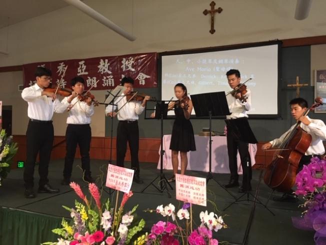 華裔小提琴手演奏聖母頌等小提琴曲紀念張秀亞誕辰100年。(記者楊青/攝影)