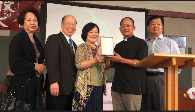 張秀亞的兒子于金山、女兒于德蘭(左二、左三)將全套六冊「張秀亞信仰文集」捐給了南加州天主教聖谷東區教會。(記者楊青/攝影)