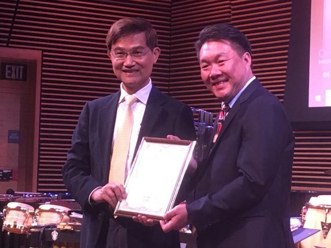 駐洛杉磯台北經濟文化辦事處處長朱文祥(左)頒發感謝狀表揚何鴻棋(右)。(記者謝雨珊/攝影)
