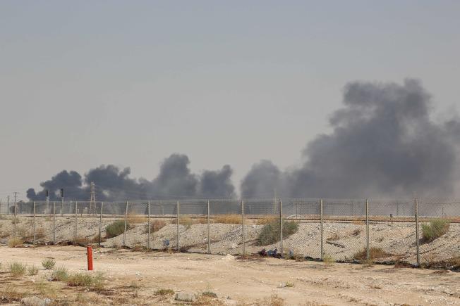 沙烏地阿拉伯兩處石油設施遭無人機攻擊,全球最大的煉油廠陷入火海。圖為阿國東部的阿布蓋格煉油廠冒出濃煙。(路透)