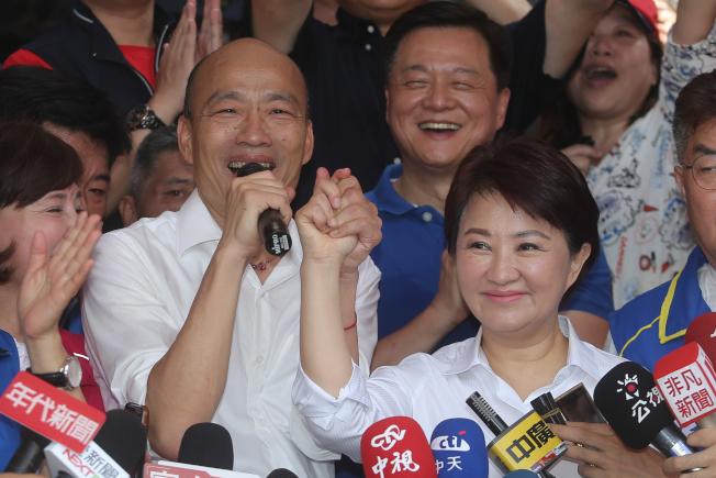 國民黨總統參選人韓國瑜(左)在台中市長盧秀燕(右)的陪同,14日到北屯紫微宮,兩人緊握雙手象徵團結。(記者黃仲裕/攝影)
