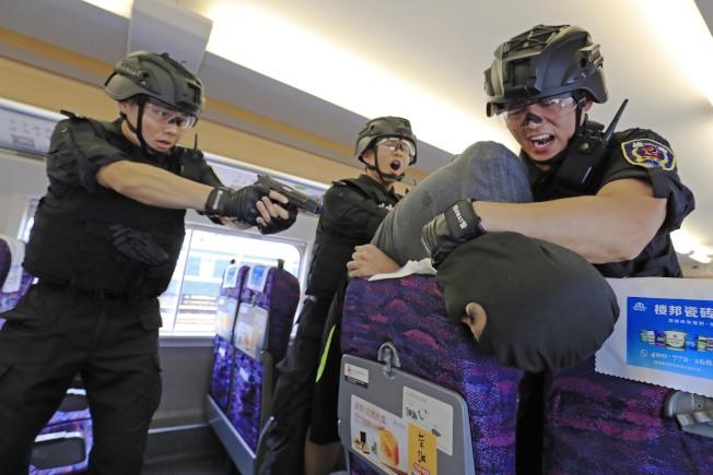 北京因應「十一」活動,警方加強攔車路檢等各項維安措施。圖為特警在車廂內進行反劫持處置演練。(中新社資料照片)