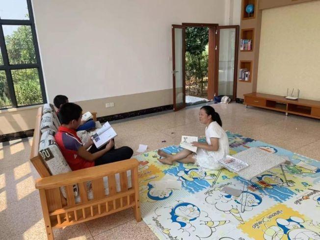 女碩士帶3個兒子回農村讀書。(取材自錢江晚報)