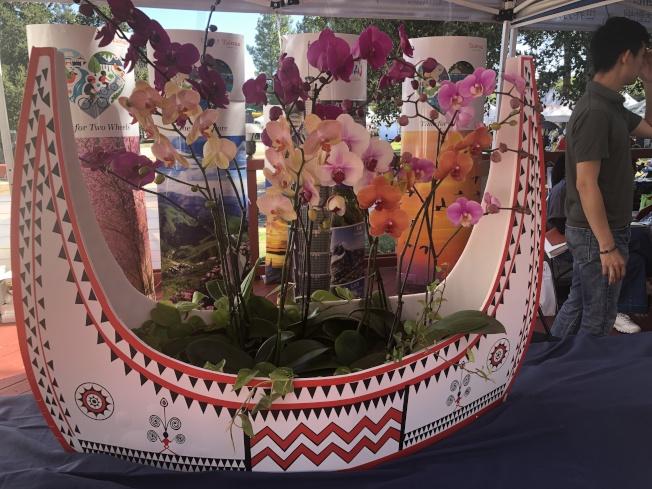 觀光局展示從台灣跨海運來「蘭嶼蘭花船」展示。(記者李榮/攝影)