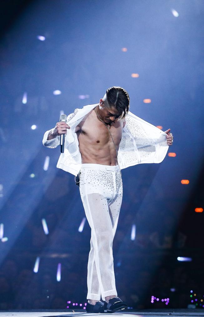 郭富城小巨蛋演唱會,大秀腹肌證明身材不老。(記者曾原信/攝影)