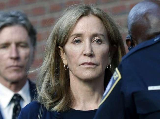 麗西蒂霍夫曼(Felicity Huffman),因名校賄賂案而被判刑14天,她要求來灣區都布林的監獄服刑。(美聯社)
