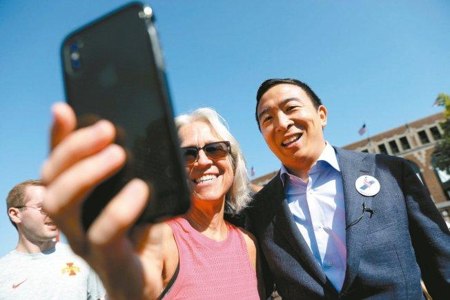 爭取美國民主黨總統提名的楊安澤9日在愛阿華州與支持者自拍。 路透