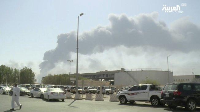 沙烏地阿拉伯衛星電視台14日公布該國阿布蓋格煉油設施遭攻擊後引發大火及濃煙畫面。美聯社