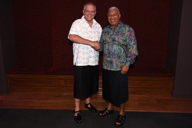 斐濟總理巴依尼馬拉馬(右)與澳洲總理莫里森(左)共進晚餐。 歐新社
