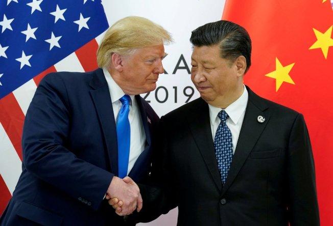美國總統川普(左)12日表示,希望與中國大陸達成全面協議,但也會考慮臨時協議。右為中國國家主席習近平。路透