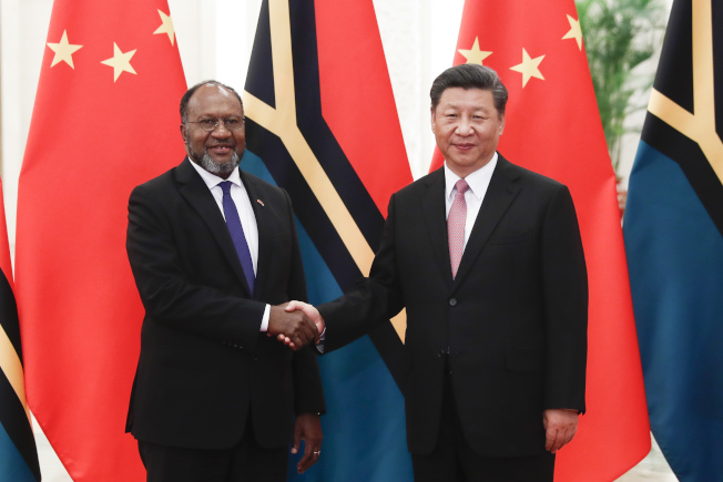 中國國家主席習近平(右)此前在北京會見萬那杜總理。(中新社)