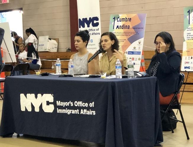 摩斯托菲(中)鼓勵移民積極使用政府的免費資源。(記者朱蕾/攝影)