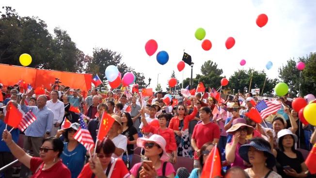 支持中國共產黨的民眾齊聲「歌唱祖國」。(本報記者/攝影)