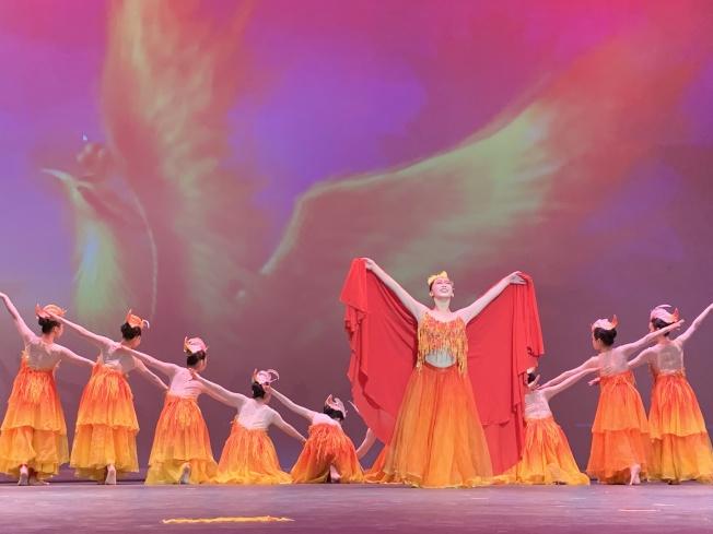興堅舞蹈學校「鳳凰涅槃」,展現浴火重生,象徵中國人不畏艱難、提升自我的奮鬥精神。(記者陳良玨/攝影)
