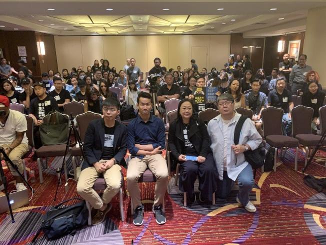 「NY4HK」組織15日在曼哈頓中城舉行座談會,邀請黃之鋒(前排左一)與「學苑」前總編輯梁繼平(左二)就香港問題和與會民眾交流。(記者和釗宇/攝影)