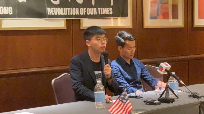黃之鋒(左)表示,希望國際社會向北京施壓,不要出動解放軍鎮壓。(記者和釗宇/攝影)