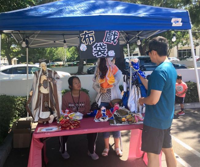 南海岸文化協會中秋園遊會擺設布袋戲攤位。(記者尚穎/攝影)