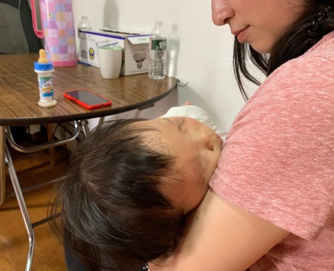 高Glora每日面對受傷的女兒,無處追責束手無策。(記者劉大琪/攝影)