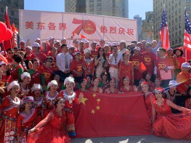 逾5000人15日在曼哈顿下城富利广场庆祝中华人民共和国成立70周年暨中美建交40周年。(记者和钊宇/摄影)