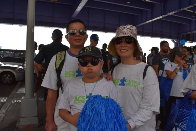 董海波(左)的兒子董鋆(中)來美後被診斷出患有自閉症。(記者顏嘉瑩/攝影)