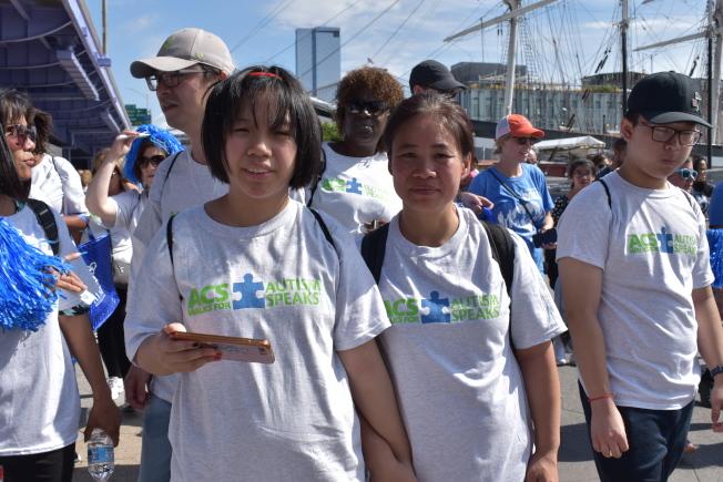 阮秀梅(前排右)希望藉由參加遊行,讓大家看到自閉症患者的需求,呼籲大眾多一點體諒、少一點歧視。(記者顏嘉瑩/攝影)