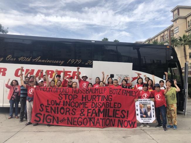 抗議民眾乘坐大巴士,從華埠前往房東在馬里布的住宅前抗議。(記者王若然/攝影)