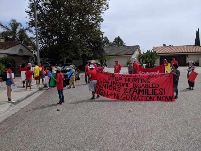 民眾在房東家門口抗議。(Annie提供)