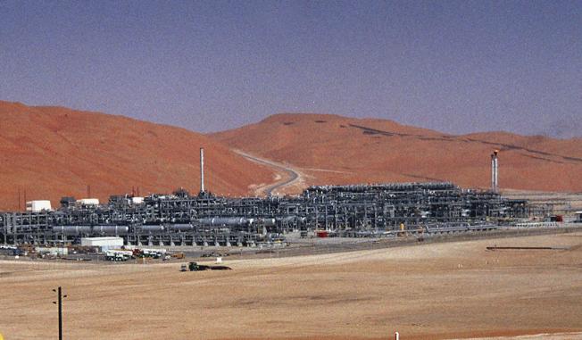 沙烏地石油公司阿布蓋格煉油廠與胡伊拉斯油田遭到無人機攻擊,損失慘重。(美聯社)