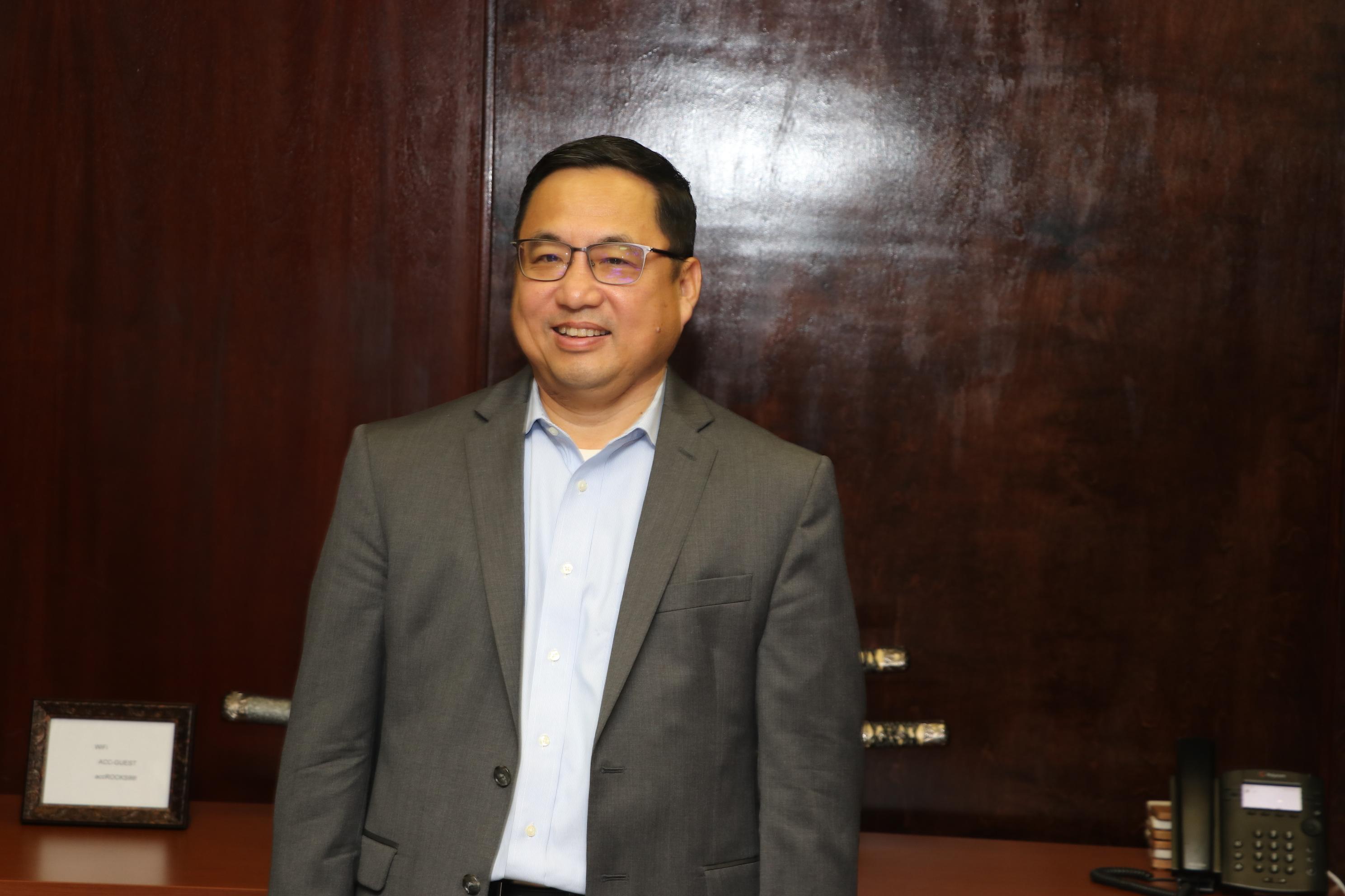 亞裔商會董事會主席喻斌表示,由於前三次培訓班辦的非常成功,華人社區反響熱烈 ,因此他們決定早日開課。(記者封昌明/攝影)