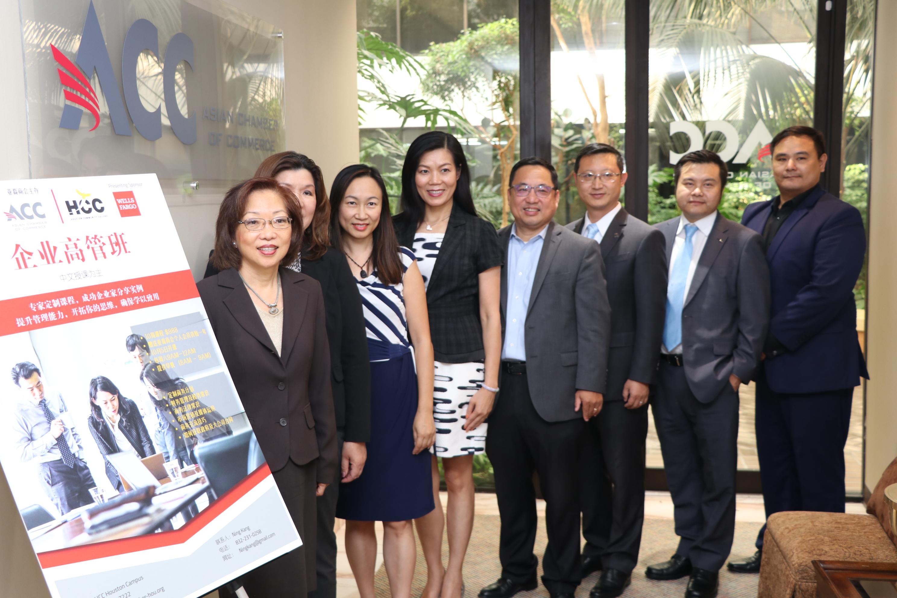 由亞裔商會主辦的2019期企業家和管理人員中文培訓班即將開課,多位前期學員都加入服務行列。(記者封昌明/攝影)