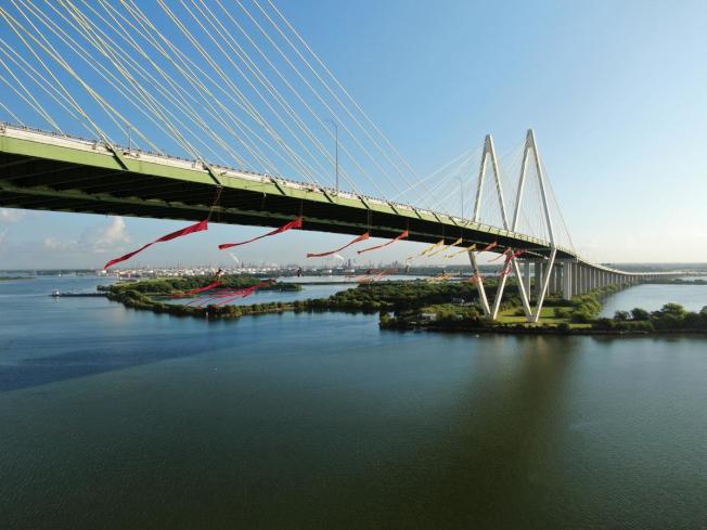 綠色和平組織七名成員把自己垂掛在哈特曼拱橋下,阻擋石油運輸。(Greenpeace USA)