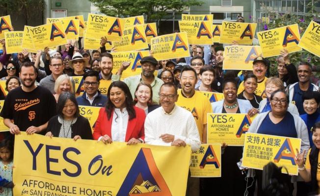 由市長布里德(前排左三)和市議長余鼎昂(前排左四)共同提出的房屋公債A提案,將於11月由舊金山選民表決。(A提案競選總部提供)