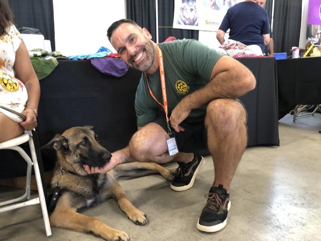 金州德國牧羊犬救援中心義工克勞森說,對於準備收養的愛心人士來說,一定要知道自己的需求,比如需要何種狗狗陪伴。(記者劉先進/攝影)