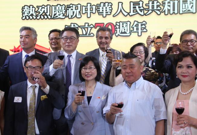 中領館官員、中半島民選官員與華僑祝酒慶十一國慶。(記者李晗 / 攝影)