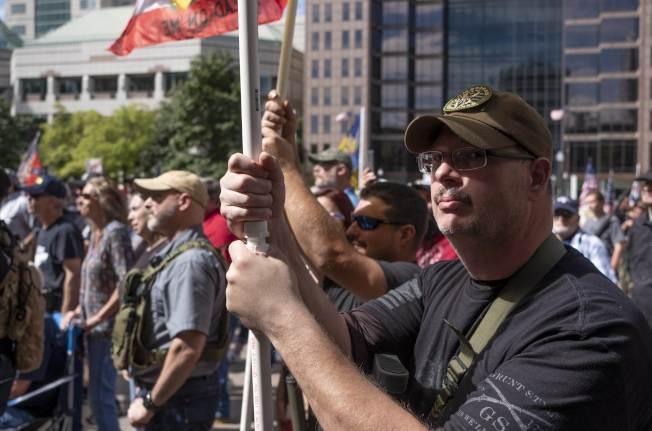 最近槍枝濫射慘案迭起,強化控槍呼聲再起。支持擁槍者14日在俄州政府前示威,反對提議立法的控槍「紅旗法案」。(Getty Images)