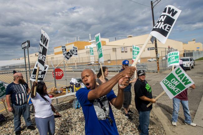 全美近5萬名通用汽車工人15日開始罷工示威。圖為密西根州佛林廠的通用汽車廠工人15日在廠外加入汽車工人罷工行列。(美聯社)