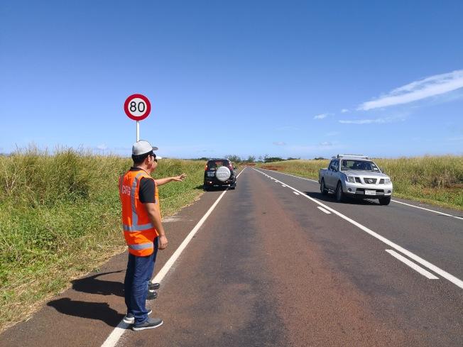 中國企業「中鐵一局」在斐濟修建的高速公路,是「一帶一路」工程之一。圖為中鐵一局工作人員2018年檢查高速公路。(新華社)
