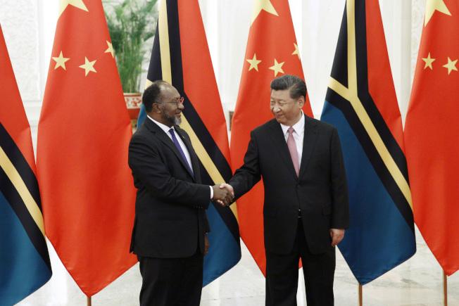 中國國家主席習近平(右)5月在北京接見萬那杜總理薩爾維(左)。(美聯社)