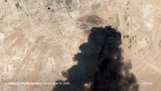 衛星照片顯示,沙國阿布蓋格石油處理設施14日遇襲後冒出濃煙。路透