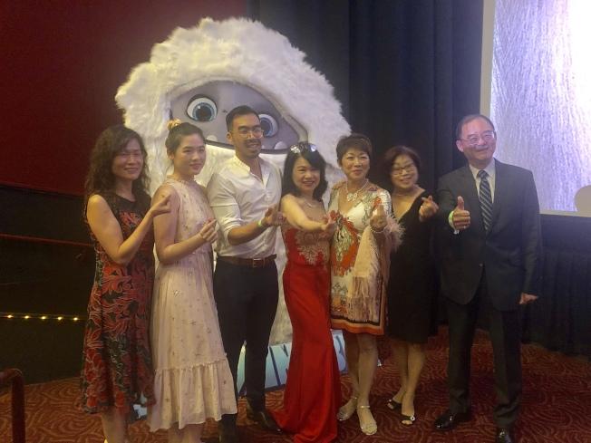 當天首映式得到很多華人社團的支持。左三為東方夢工廠(Pearl Studio)項目開發負責人黃政。(記者王若然╱攝影)