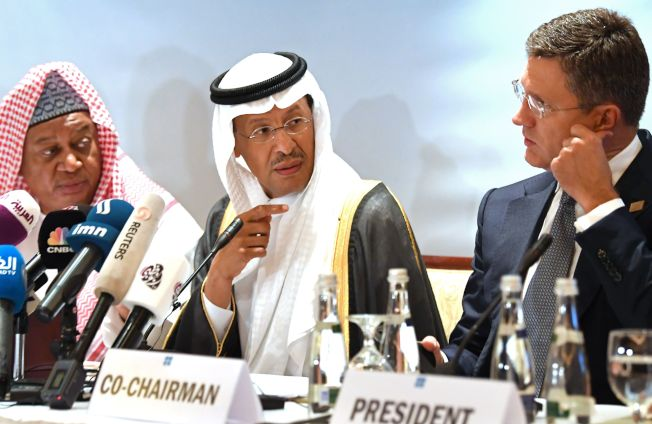 OPEC秘書長巴爾金多(左)和俄羅斯能源部長諾瓦克(右)。(Getty Images)