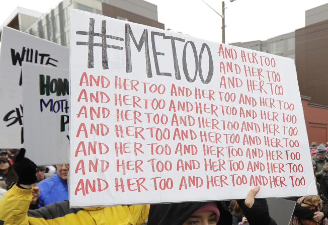 每16名美國女性,就有一名初次性經驗是青春期被強迫性交,對其中不少人造成持久的健康問題。圖為西雅圖舉行反性侵遊行,參加民眾高舉「我也是」標語牌。(美聯社)