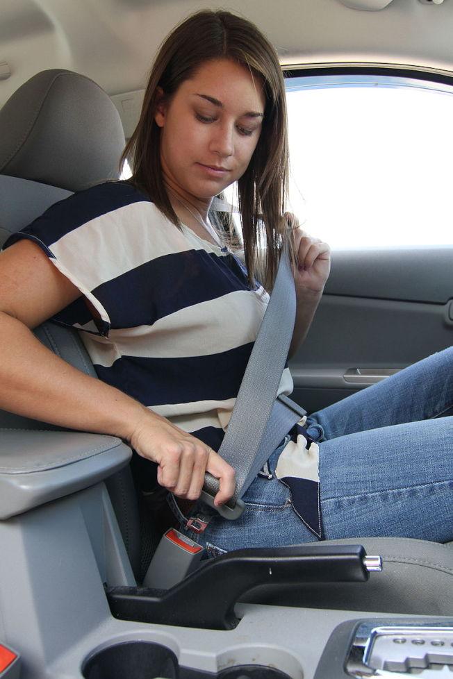 日前喬州參議會成立委員會,討論是否嚴格規定後座乘客行車需配戴安全帶。(取自State Farm)