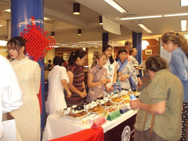 孔子學院的美食攤位擠滿了人群。(記者陳幸蘋/攝影)