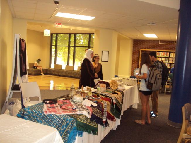 中東國家的攤位,除了美食以外,也展出手工藝品。(記者陳幸蘋/攝影)