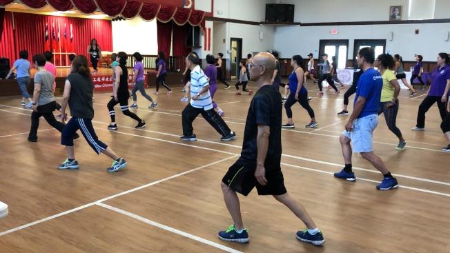 世界華人工商婦女亞特蘭大分會日前在橋教中心舉辦社區健康活動,邀請專業教練李采真指導Zumba拉丁熱舞及肌肉訓練,吸引逾55位會員及僑胞參加。 活動開始,會長邱婷蘭及會員為支持台灣加入聯合國,拿起「UN Global Goals Taiwan Can Help」的標語,呼籲國際社會正視台灣人民對參與聯合國體系的堅定期盼。 李釆真表示很開心能為社區服務,鼓勵大家多運動。邱婷蘭表示想要成為成功女性的第一個條件就是要擁有健康與活力。另外為與社區有更多連結,該會除辦理經貿座談外,偶而辦理動筋弄骨、釋放壓力活動,讓職業婦女更有活力衝刺事業也嘉惠社區僑胞。 該會表示已規畫好年度四大項活動,希望能藉活動增進會員彼此的互動與交流。 (圖:僑教中心提供,文:記者林昱瑄)