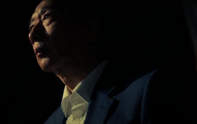 郭台銘以預錄影片方式,跟支持者宣布決定,強調不參選是不願意參與政治鬧劇,也不忍心見到支持者受到霸凌。 圖/取自郭台銘臉書