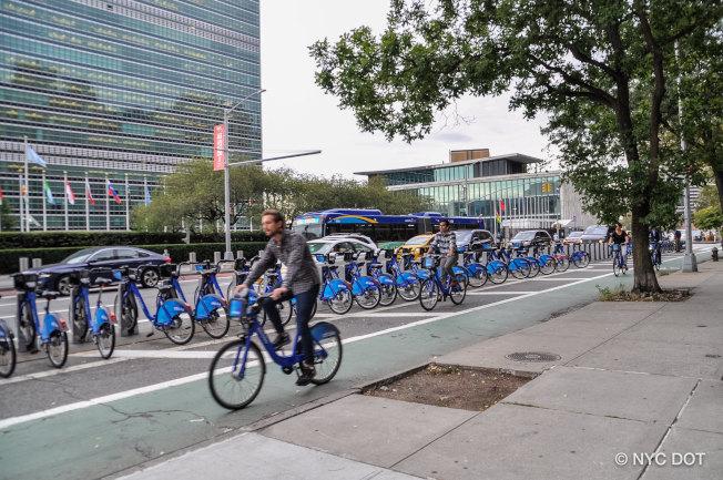 9月23日至30日為「大塞車警覺日」,市交通局和市警建議民眾在曼哈頓中城多使用Citi Bike、共享乘車和公共交通等方式通勤。(市交通局提供)